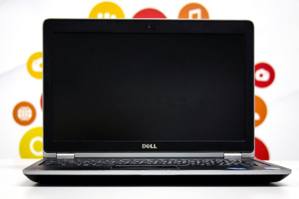 Laptop na tle grafiki firmowej
