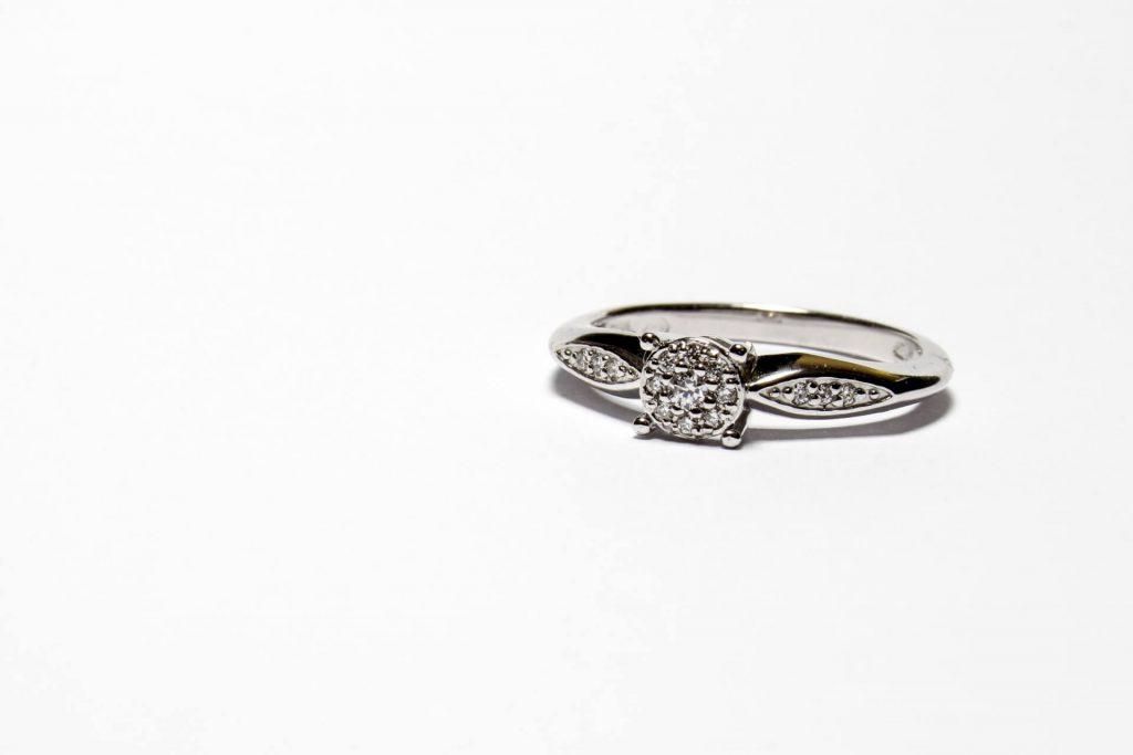 Pierścionek zaręczynowy na białym tle