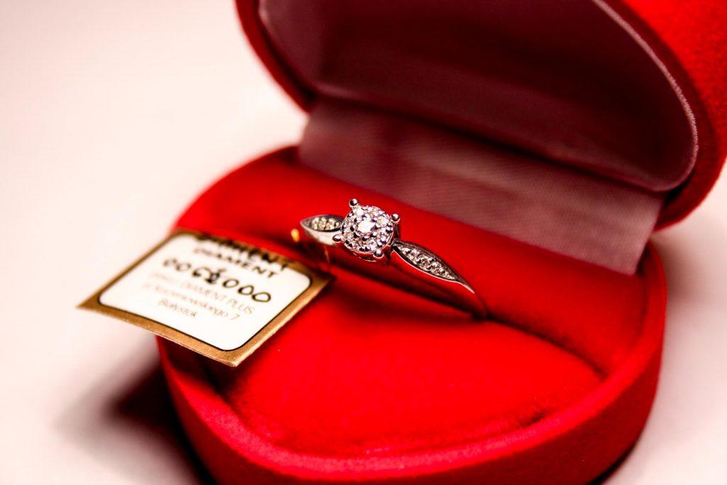 Pierścionek zaręczynowy w czerwonym pudełeczku